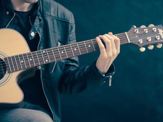 Aprender a tocar la guitarra siendo adulto